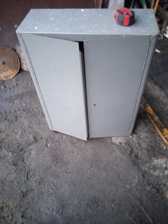 Starą szafką narzędziową