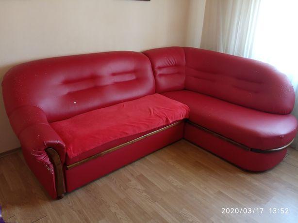 Продаю вугловий диван еко кожа червоного кольору, є тріщини