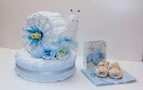 Торт из памперсов, букеты из игрушек и детской одежды