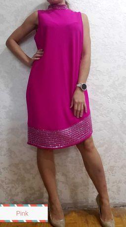 Розовое платье прямое без рукавов с украшением на шее