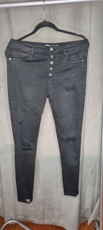 Spodnie szarpane z dziurami