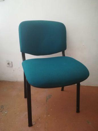 Cadeiras de tecido verde/azul (escritório/reuniões) e cadeira rotativa