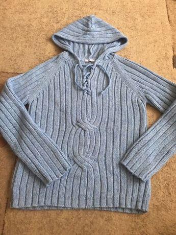 Sweter z modnym sznurowaniem z przodu i kapturem.