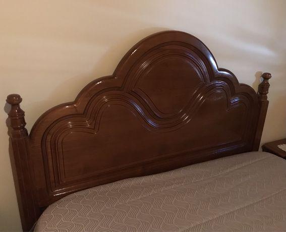Vendo cama, 2 mesinhas de cabeceira e 1 comoda