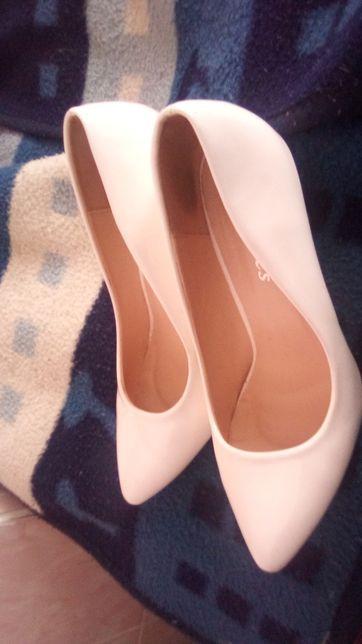 Продам білі весільні туфлі