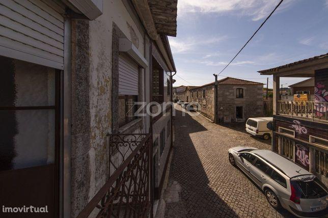 Prédio c/ 2 pisos para habitação ou investimento em Real/Braga