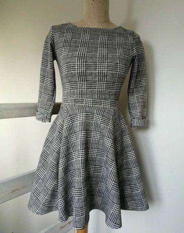 Sukienka długi rękaw, rozkloszowany dół, zapinana z tyłu na zamek