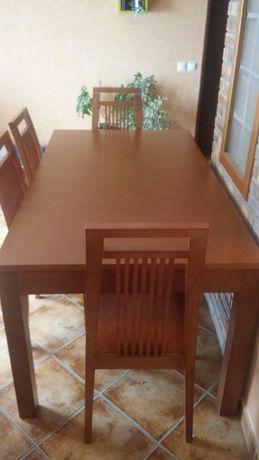 Mesa de madeira com seis cadeiras
