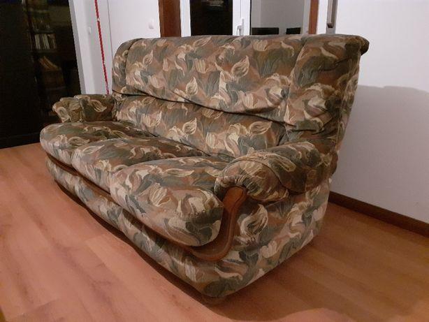 Sofá cama triplo vintage com pés e contorno em madeira