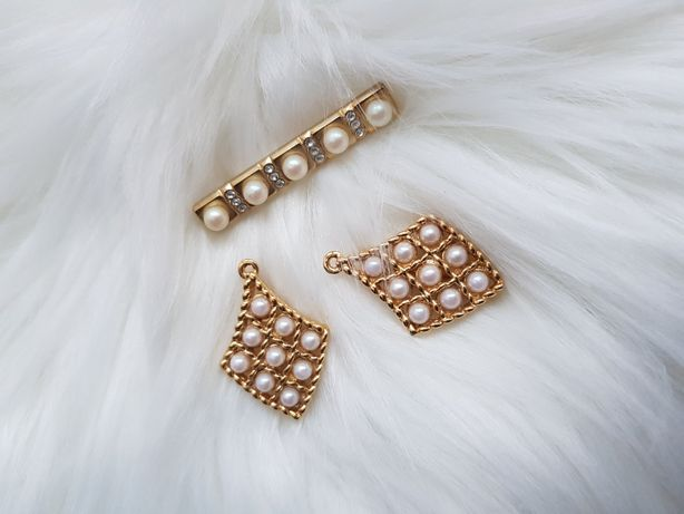 Złote broszki perełki