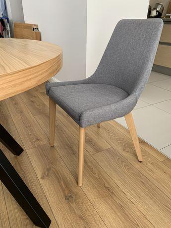 Krzesło tapicerowane, nogi w kolorze dębu.