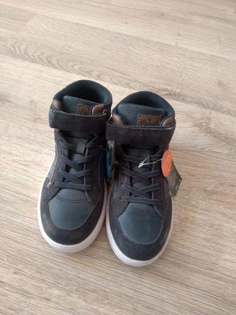 Buty chłopięce granatowe.