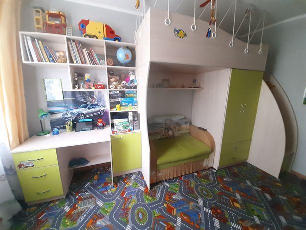 Кровать-чердак со шкафом + матрас +стол+пенал с полкой+диван в детскую