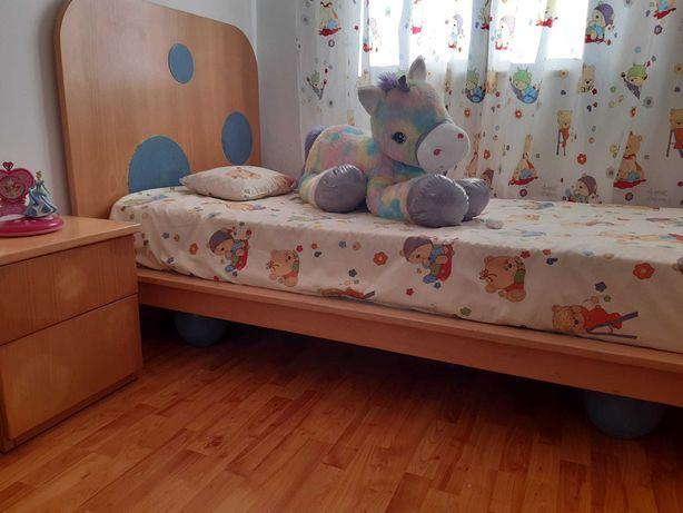 Quarto de criança ( Cama com colchão,uma mesa cabeceira, camiseiro