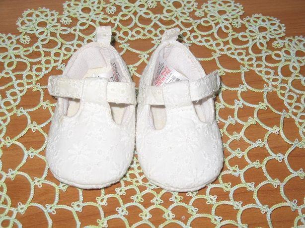 Белые туфельки на крестины +вязанные пинетки и чешки из атласа