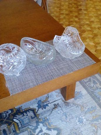 Kryształowa misa w kształcie łódki, kuli, oraz kryształowy koszyk.