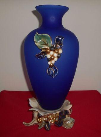 Fantástica jarra artesanal em vidro azul cobalto e base em porcelana.