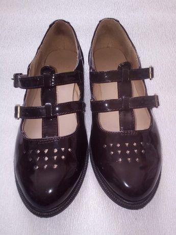 Лаковые туфли New Look на низком ходу с перфорацией и ремешками