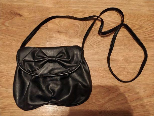 Mała czarna torebka na ramię na okazję wyjściowa