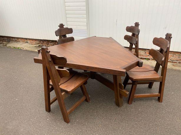 Стіл трикутний і стіл у формі квітки із стільцями