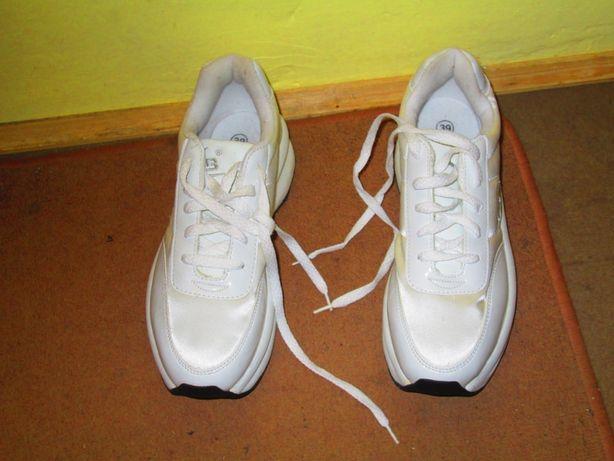 Buty damskie, nowe na koturnie, bardzo dobre dla niskich kobiet. polec