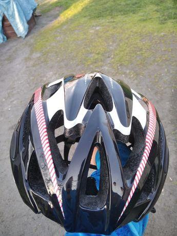 Czarno czerwony kask rowerowy