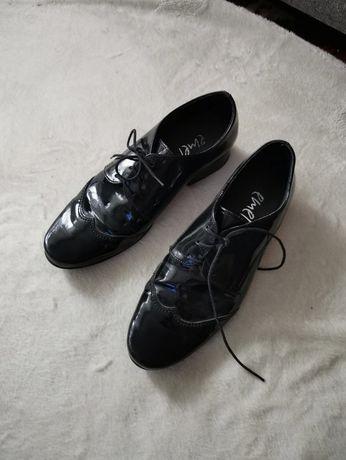 Buty wyjściowe, komunijne, lakierki r.33 emel