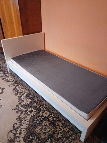 Białe łóżko z materacem 90x200