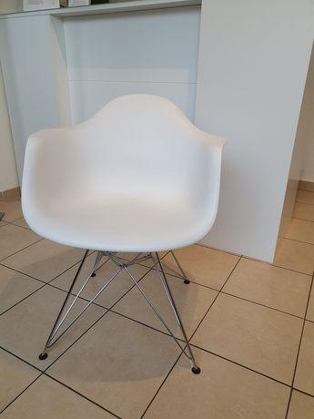 Krzeselko białe na srebrnych nóżkach z podłokietnikami