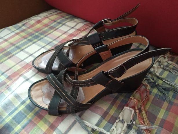 Czarne sandały na koturnie Clara Barson