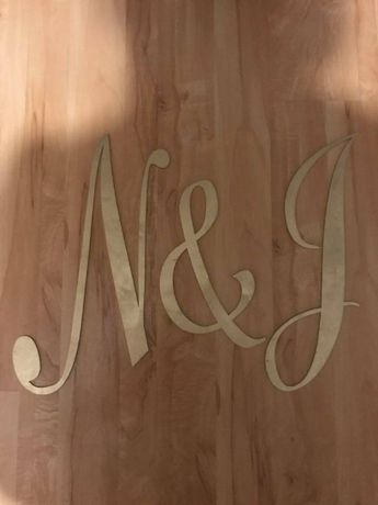 Inicjały na ściankę za parą młodą N&J