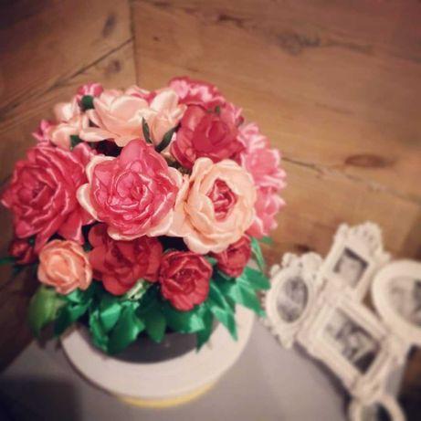 Bukiety z róż i innych kwiatów ze wstażki satynowej