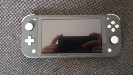 Nintendo Switch Lite z grą pokemon Sword