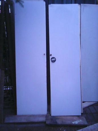 Metalowe drzwi do szafy o szerokości 100 cm.