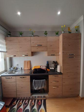 Cozinha moderna com escorredor embutido, exaustor e frigorifico