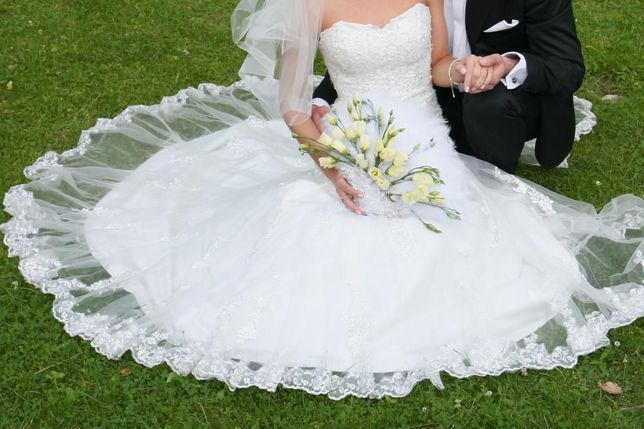 Suknia ślubna rybka, 500 zł -koronkowa w kolorze śmietanowym rozm.34