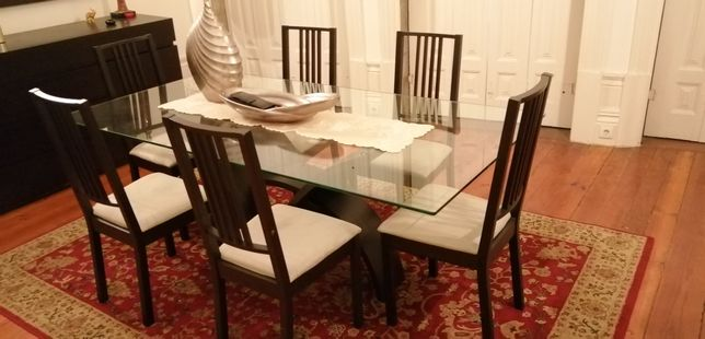 Mesa sala base madeira preta e tampo vidro 200x100cm e 8 cadeiras