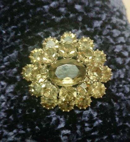 Овальная брошь с кристаллами
