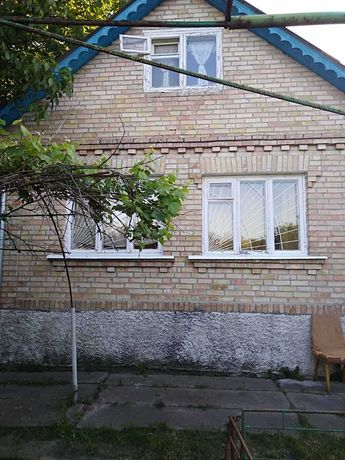 Двухэтажная кирпичная дача