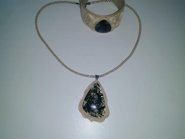 Кожаный браслет и кулон с камнем