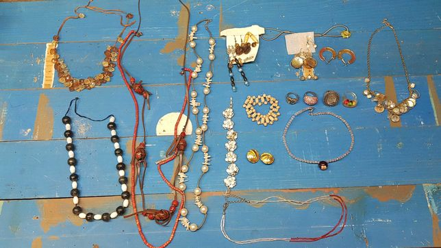 Colares, brincos,  pulseiras, abotuaduras, anéis,  gargantilhas.
