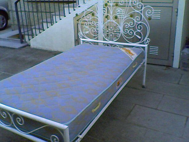 2 Camas únicas em ferro + Mesa de cabeceira + 2 colchões