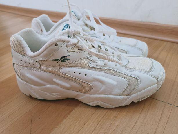 Білі чоловічі кросівки Reebok.