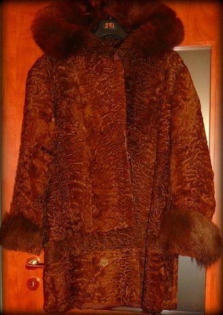 futro z karakuł brązowe z kapturem obszyty lisem