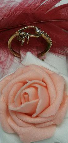 złoty pierścionek małymi elementami próba 585