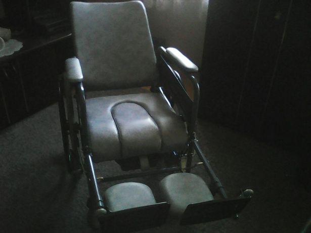 Wielofunkcyjny wózek inwalidzki z toaleta.