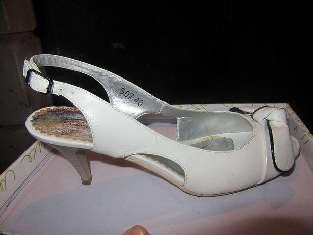 Sprzedam biało-czarne sandały r. 40