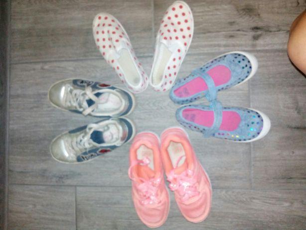Спортивне взуття для дівчинки. Ціна за 4 пари,але можна і в роздріб.