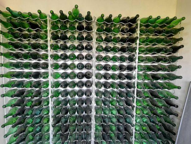 Garrafeira metálica com garrafas
