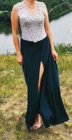 Вечірня сукня з корсетом, та вирізом на нозі.